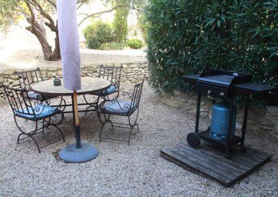 Het terras met plancha van gîte Petit Paradis