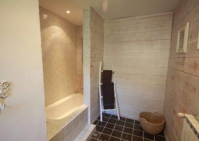 The bathroom of the Salonenque gîte