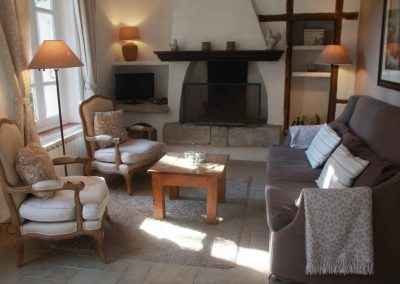 The living space of the Salonenque gîte with fireplace