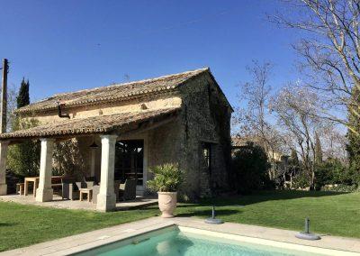 A la piscine d'hôtes se trouve la cuisine d'été avec une grande terrasse