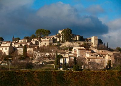 It is not for nothing that they sometimes call the North Lubéron the Tuscany of France. On all hilltops are villages (here Joucas)