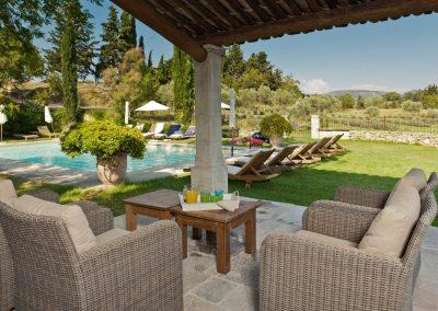 La terrasse de la cuisine d'été au bord de la piscine